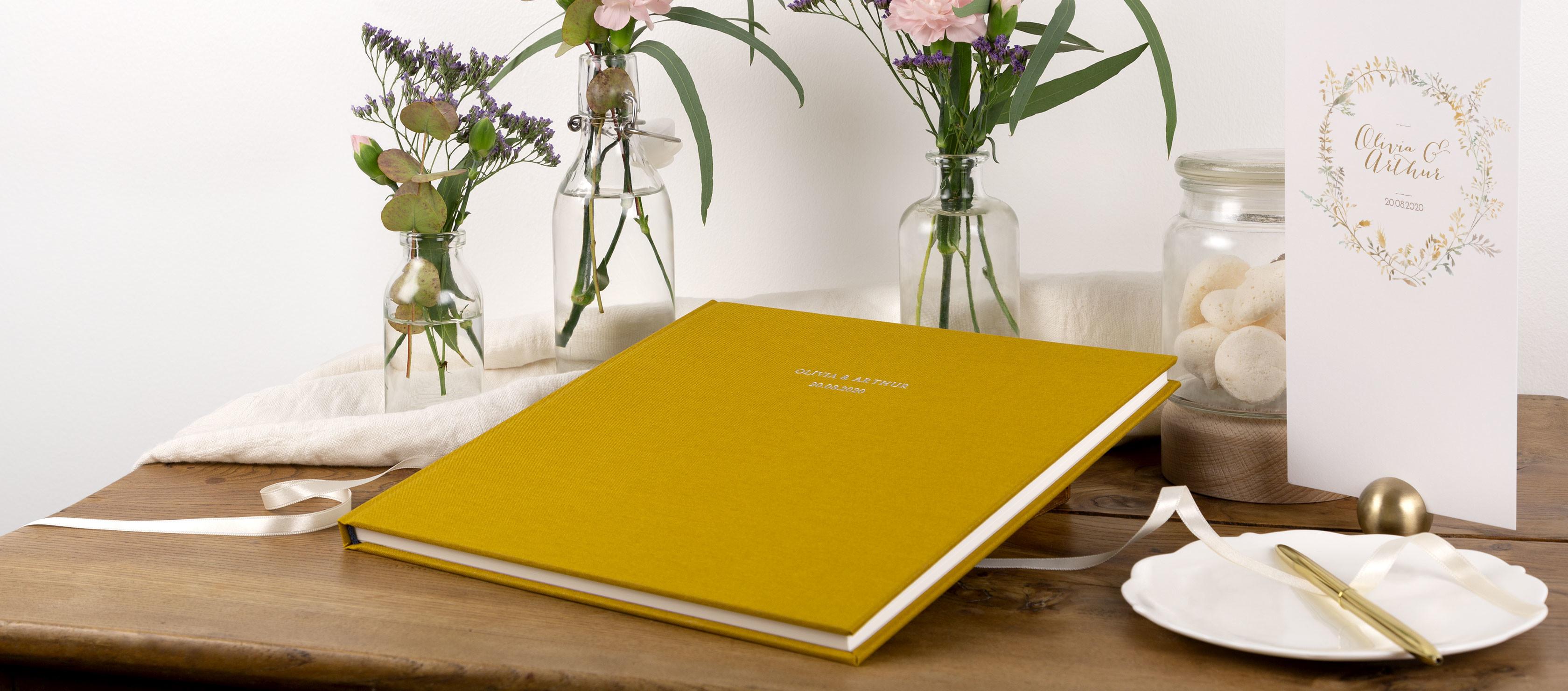 Livre d'or couverture tissu jaune