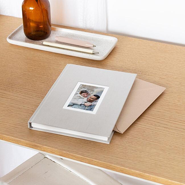 Carnet tissu avec photo posé sur un bureau