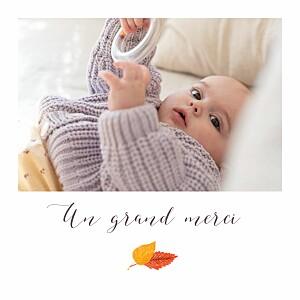 Carte de remerciement beige merci petits habits blanc